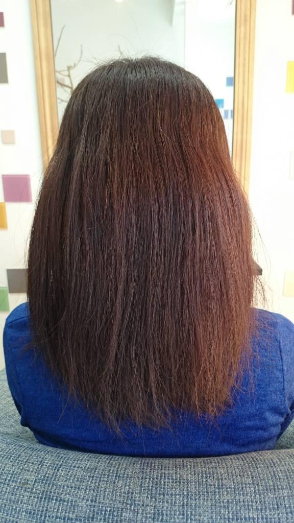 髪の毛が硬い髪質に悩んでいる女性