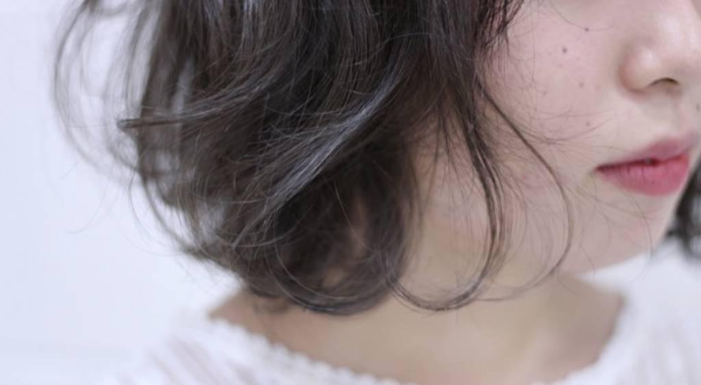 くせ毛のうねりを活かしたショートボブのヘアスタイリング